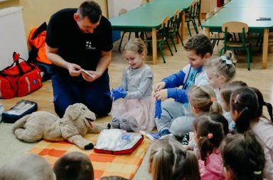 Już wiemy jak udzielić pierwszej pomocy! Przedszkole Stare Siołkowice gościło ratownika medycznego