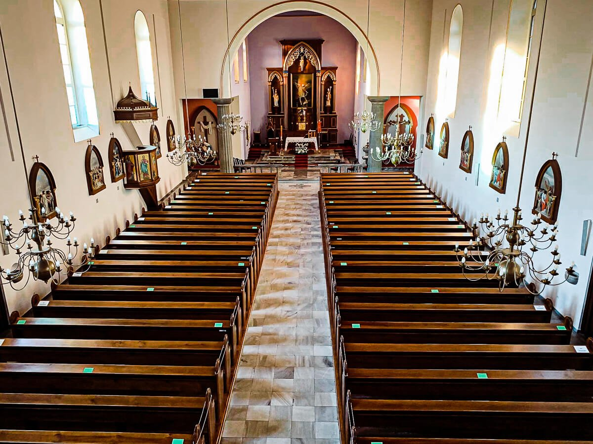 W kościele w Starych Siołkowicach zostały wyznaczone miejsca siedzące.