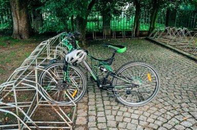 Kto zapomniał o rowerze? Stoi pod kościołem!