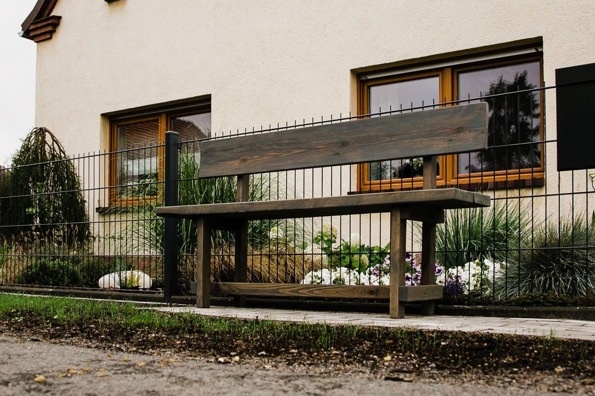 Nieodzowną częścią siołkowickiej zabudowy są wiejskie ławeczki przed domem