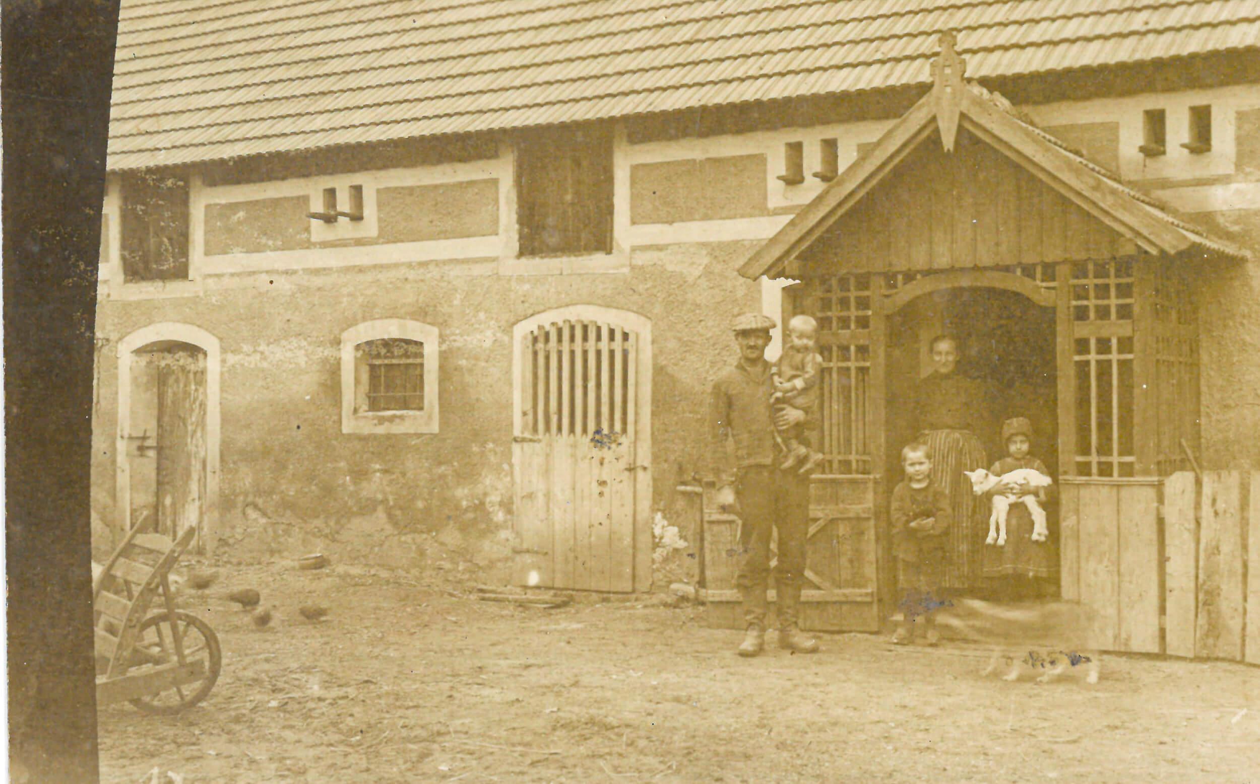 Papraołpa Paul i prapraołma Marta ze trzóma chłopcóma przy laubie nowo wybudowanego budynku.